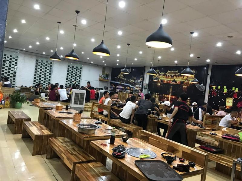 Không gian nhà hàng rộng và thoáng
