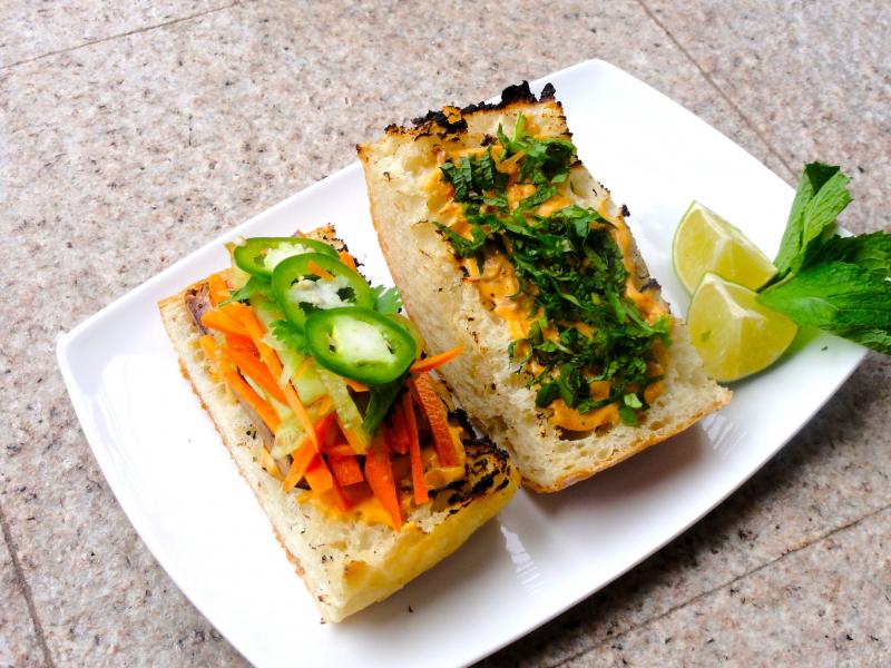 Bánh mì bẻ đôi (ảnh minh họa)