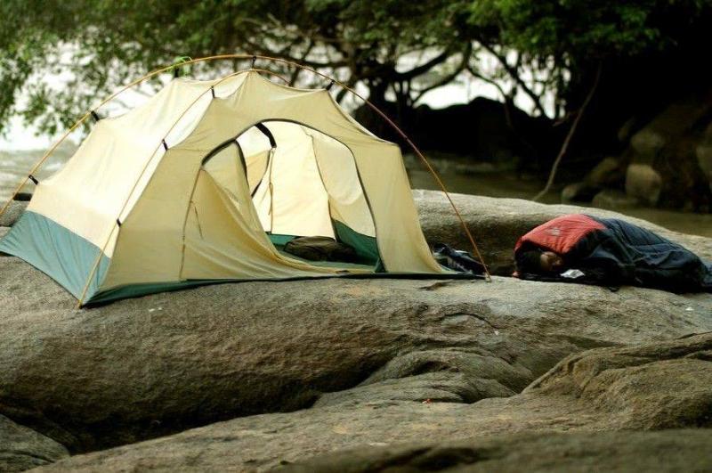 Lý tưởng nhất là cắm trại qua đêm trên những phiến đá bên bờ Thác Mai