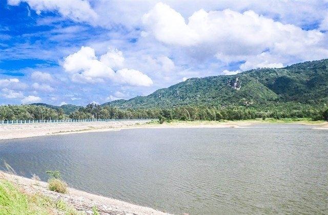 Hồ Ô Tức Sa có mặt nước yên lặng như tờ, không khí thông thoáng, mát mẻ