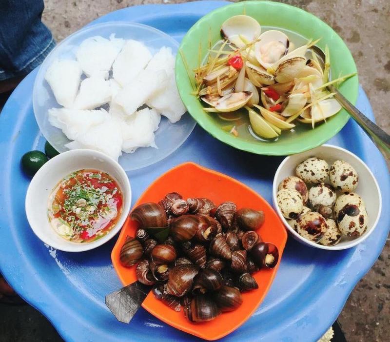 Ốc nóng Trần Phú với nước chấm và món xoài dầm ngon miễn chê