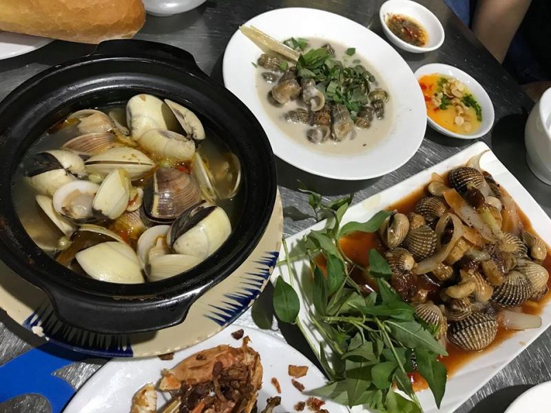 Với món ăn hấp dẫn, quán khá đông nhưng nhân viên vẫn chuyên nghiệp và nhanh nhẹn để phục vụ thực khách.