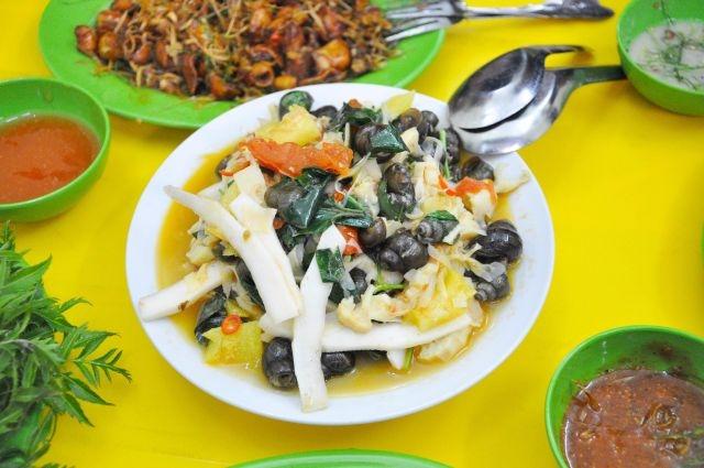 Ốc xào Lạng Sơn có vị khá hay từ những thứ trộn kèm như dừa, lá lốt, măng, dứa, cà chua, v.v...