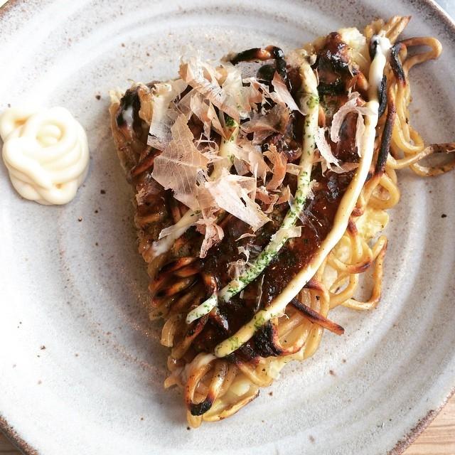 Loại sốt cùng tên Okonomiyaki đem lại sự khác biệt cho loại bánh
