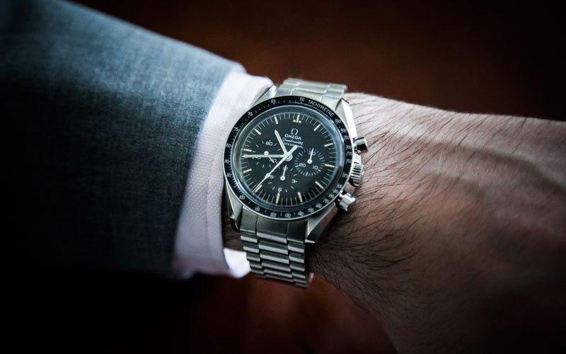 Omega Speedmaster Moonwatch là chiếc đồng hồ đầu tiên lên Mặt Trăng. Có giá khoảng 110 triệu/chiếc.