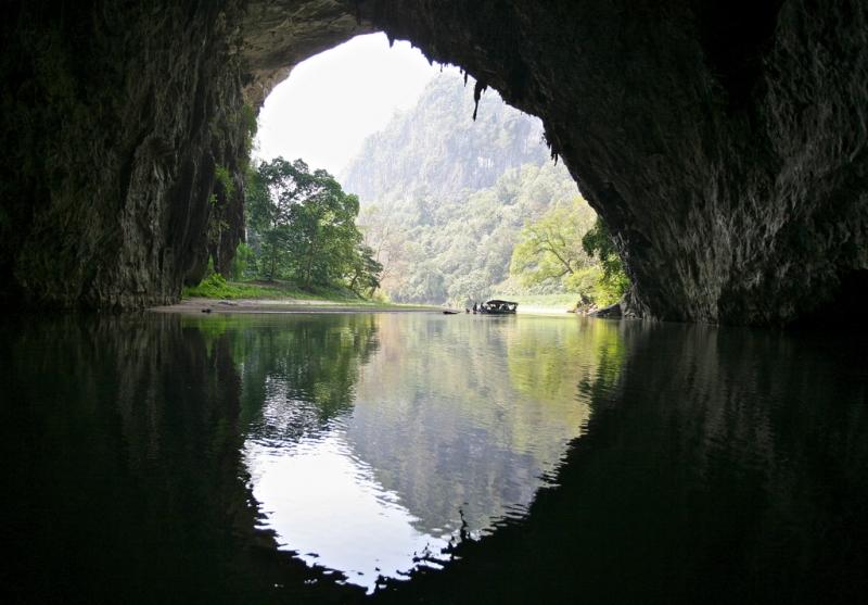 Động có dòng sông Năng chảy qua