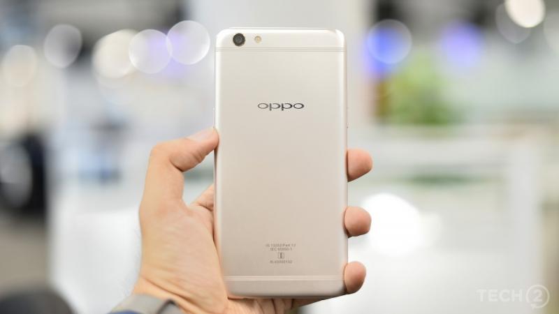 Oppo F3 Plus với thiết kế màu gold và đường viền tròn mềm mại làm người ta dễ mường tượng ra sự tương đồng với dòng IPhone 6.