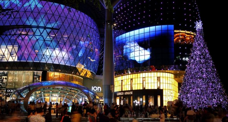 Orchard Road tràn ngập các trung tâm thương mại, nhà hàng và khách sạn nổi tiếng