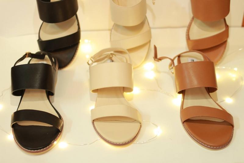 Mẫu giày sandal đơn giản nhưng không kém phần sang trọng