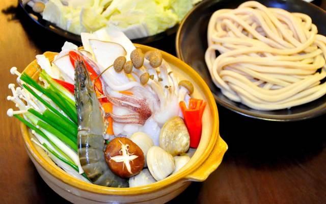 Hải sản tươi ngon cùng món mì udon hấp dẫn