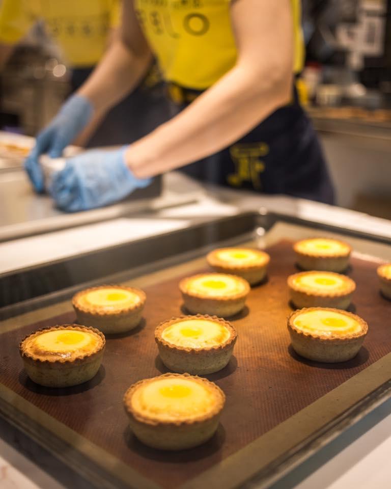 Tại các cửa hàng của PABLO Cheese Tart, bạn không chỉ được thưởng thức mà còn có cơ hội chiêm ngưỡng tận mắt quy trình làm nên những chiếc bánh phô mai vàng ươm trong căn bếp bánh mở.