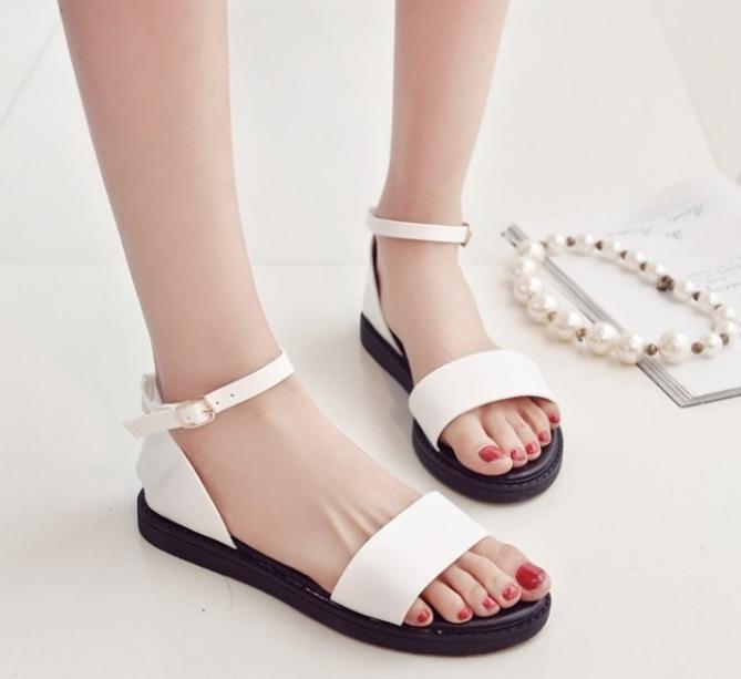 Mẫu sandal đơn giản nhưng thịnh hành nhất hiện nay