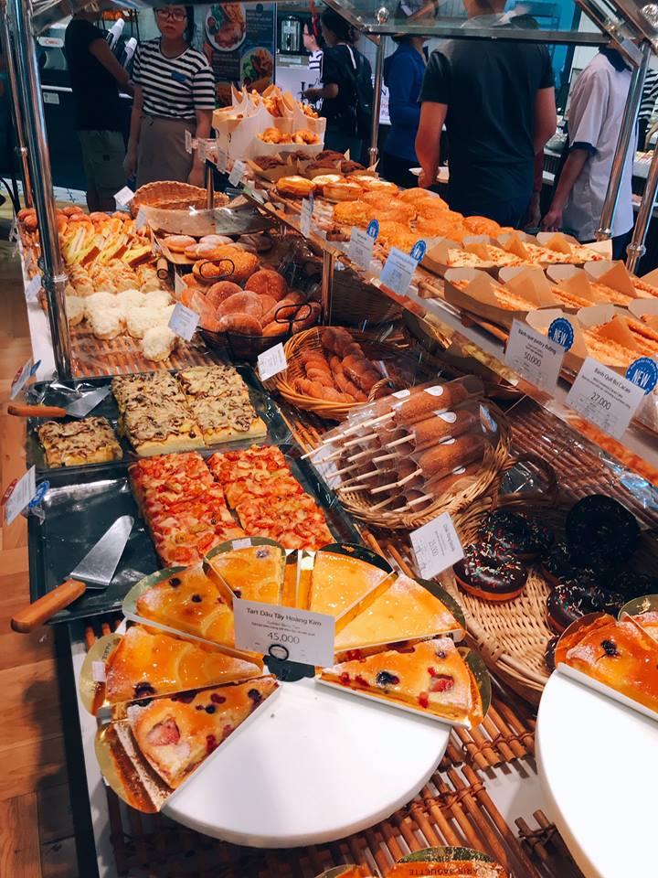 Bánh được trưng bày tại quầy
