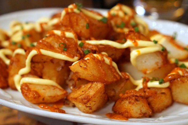 Patatas bravat với alioli và hẹ