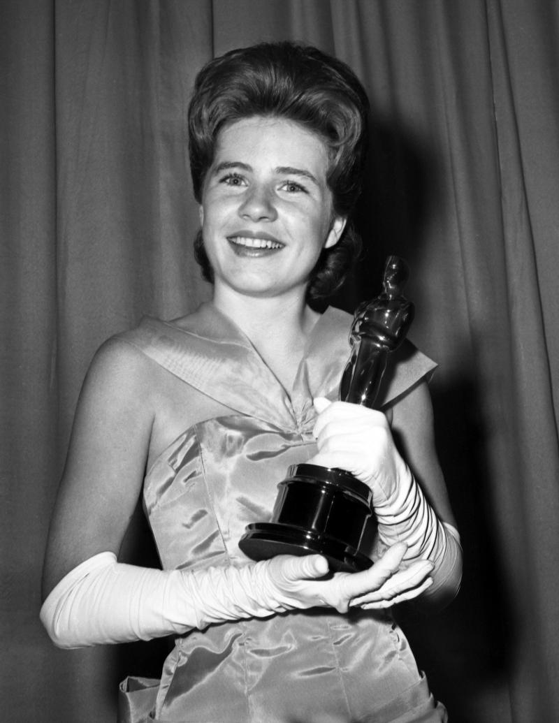 Patty Duke tươi cười nhận tượng vàng Oscar khi 16 tuổi.
