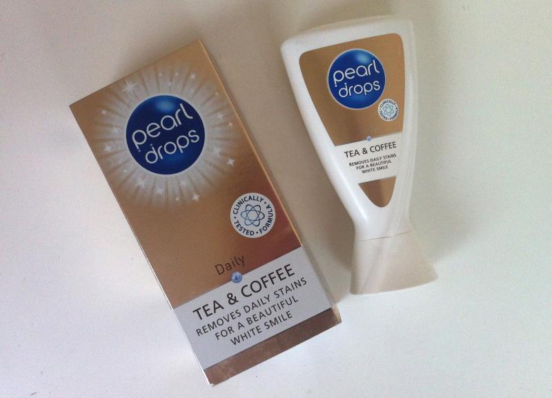 Kem đánh răng Pearl Drops Coffee & Tea Toothpolish thành phần chính là bột ngọc trai chứa nhiều Fluoride giúp cải thiện màu men răng và ngăn ngừa sâu răng