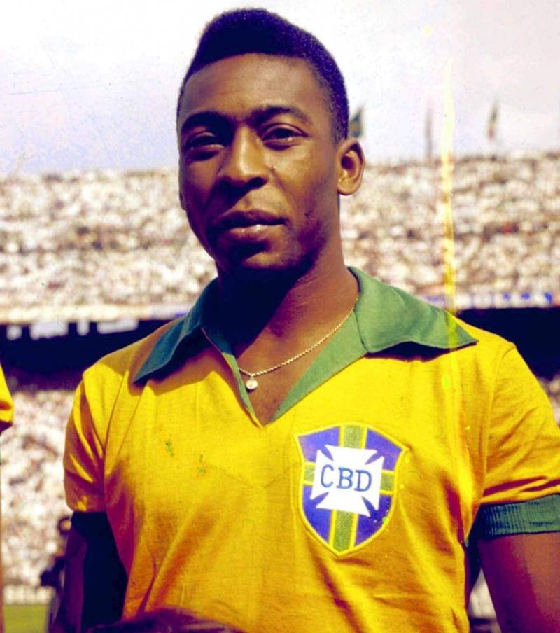 Pelé là một trong những cầu thủ nổi tiếng nhất trong làng túc cầu và còn được gọi với tên Vua bóng đá