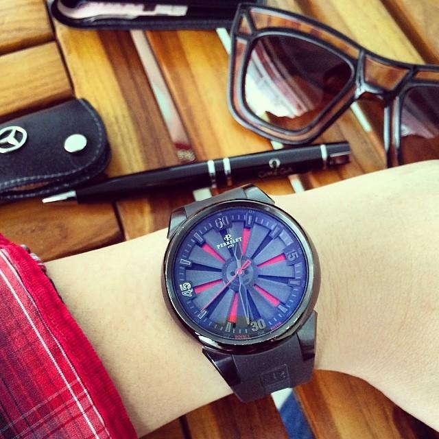Perrelet Turbine mang trong mình thiết kế vĩ đại, đơn giản mà lịch lãm. Khung đồng hồ và khóa chốt của dây đeo được làm từ titanium. Perrelet chính là thương hiệu phát minh ra động cơ tự động, nên khi thấy Perrelet có động cơ Automatic cũng là chuyện bình thường. Khoảng 65 triệu/chiếc.