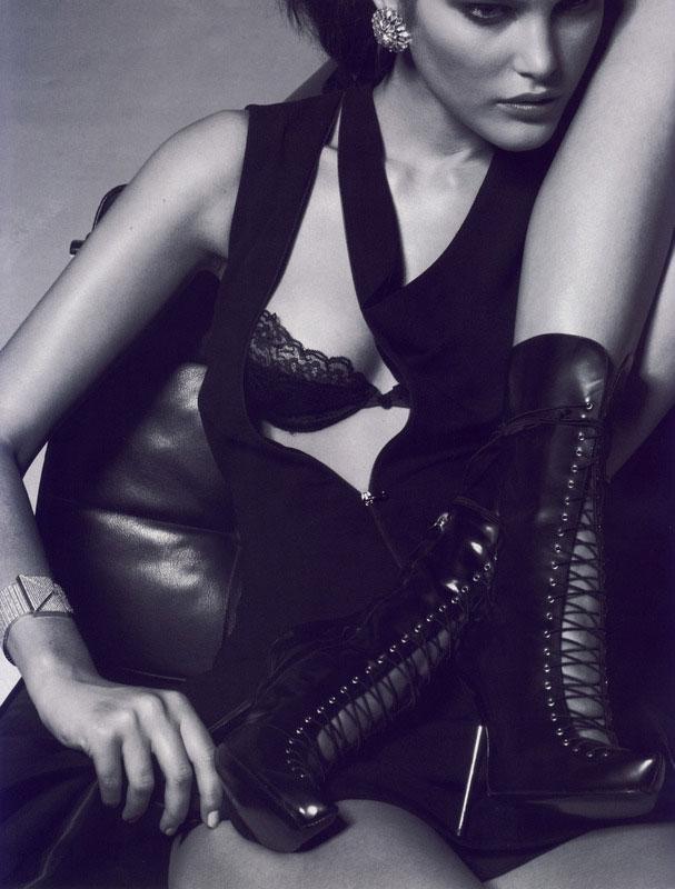 Cô đào gợi cảm Scarlett Johansson ấn tượng với hai gam màu đen, trắng