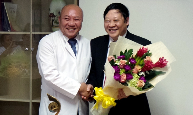 PGS.TS Nguyễn Văn Thạch (bên trái) -