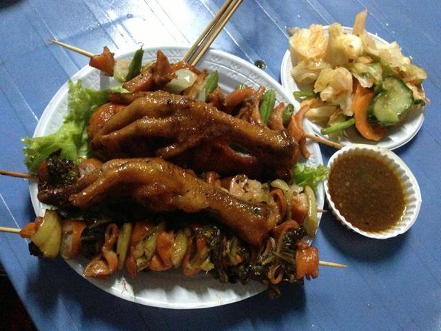 Phá Lấu Xiên Que Và Gà Nướng Vỉa Hè - Quán phá lấu hấp dẫn nhất với giới trẻ tại Sài Gòn