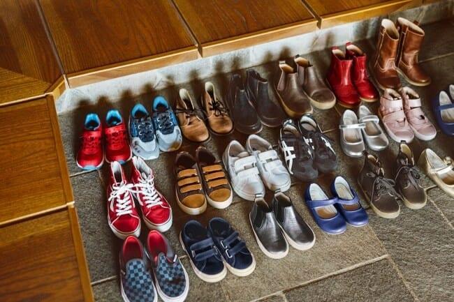 Phải bỏ giày trước khi vào nhà