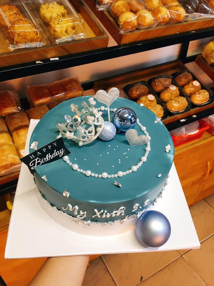 tiệm có sẵn hàng trăm kiểu trang trí đẹp mắt và sáng tạo, có nhận đặt bánh theo sở thích của khách hàng.