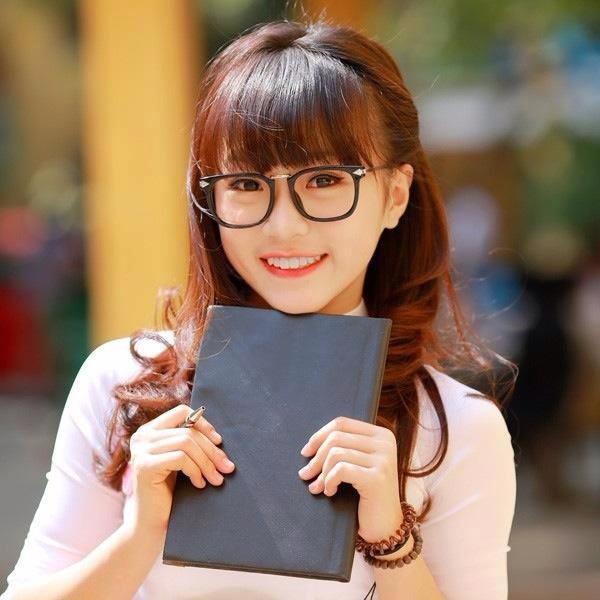 Phương Anh xinh xắn trong tà áo dài trắng