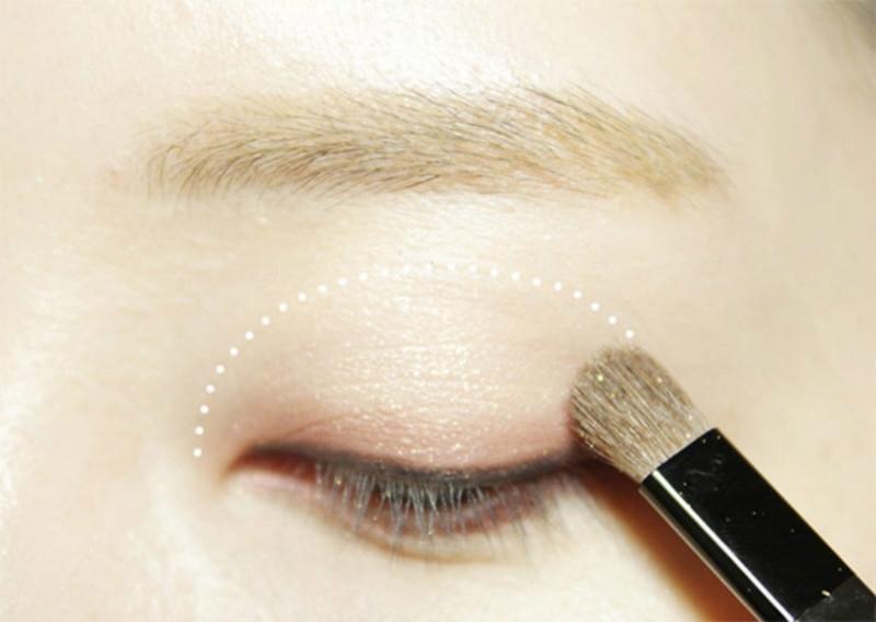 Phấn lót giúp màu mắt lên chuẩn và lâu trôi