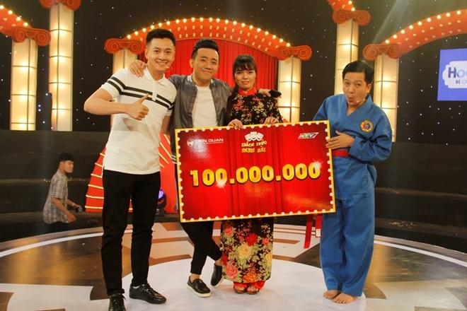 Trấn Thành, Trường Giang, Ngô Kiến Huy trao giải thưởng cho Phan Thị Hiên