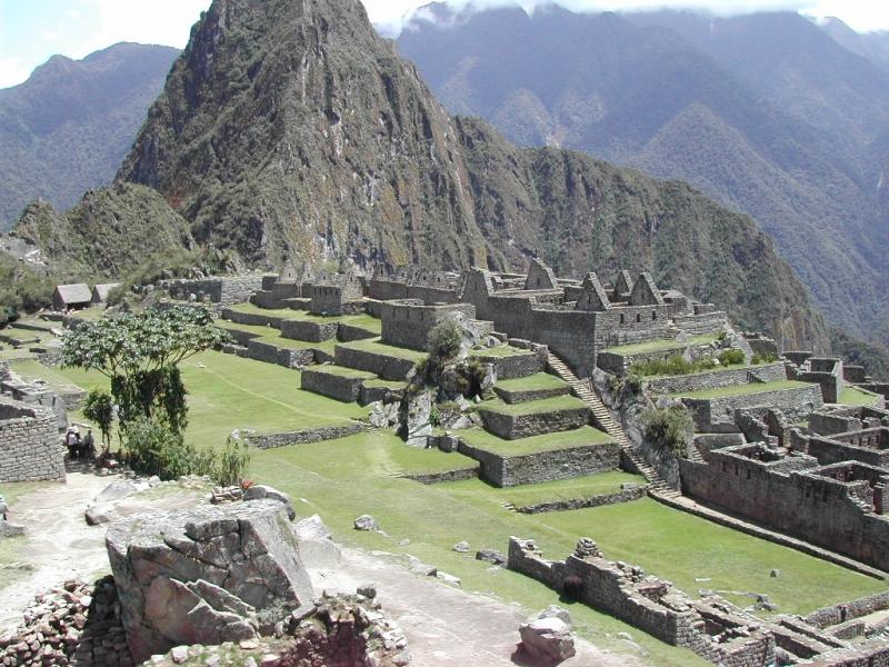 Pháo đài tọa lạc trên một ngọn núi đồ sộ thuộc dãy Andes
