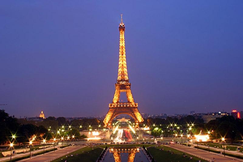 Tháp Eiffel là công trình nổi tiếng của Pháp,được xem là biểu tượng của đất nước này. Càng vể đêm, tháp Eiffel càng trở nên đẹp hơn và tráng lệ hơn.