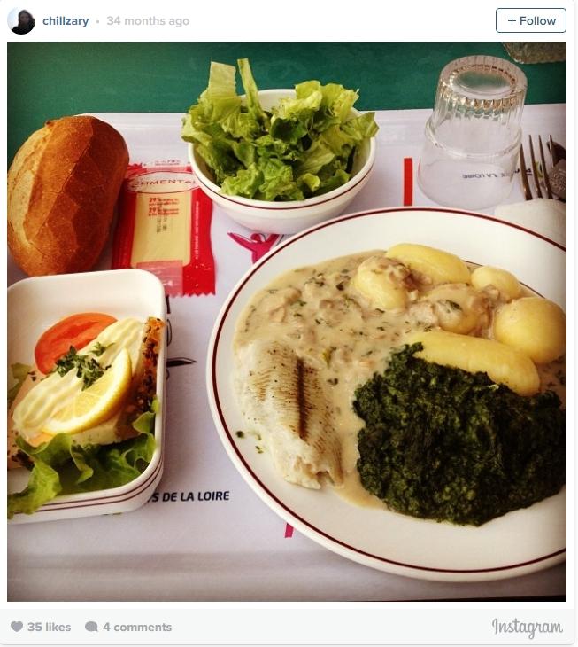 Một bữa trưa không khác gì một món ăn được phục vụ trong nhà hàng với khoai tây, rau bina, bánh mì và phomai của học sinh Pháp