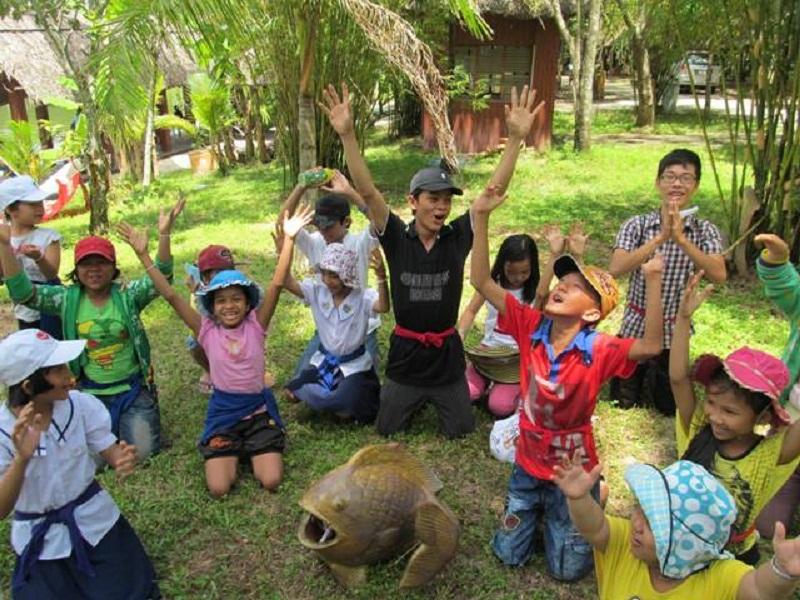 Cho trẻ tham gia các hoạt động xã hội, hoạt náo.
