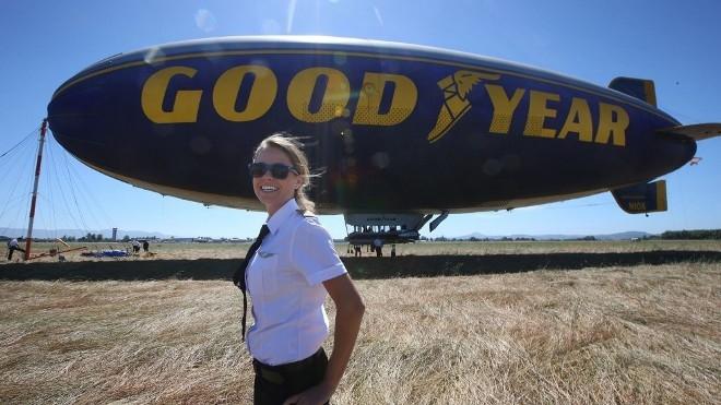 Nữ phi công lái khinh khí cầu
