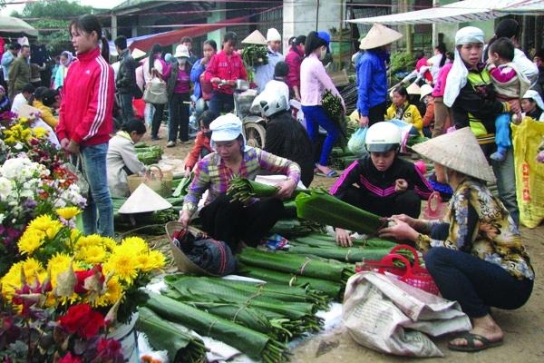 Ngay lối vào chợ là hàng bán lá dong.