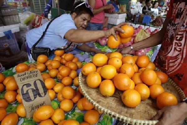 Người phụ nữ bán cam cho khách