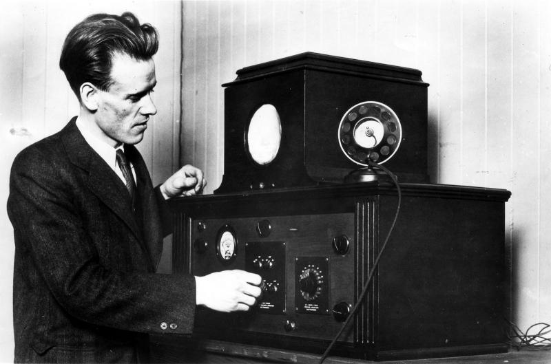 Philo T. Farnsworth bên cạnh sản phẩm phát minh vĩ đại của mình