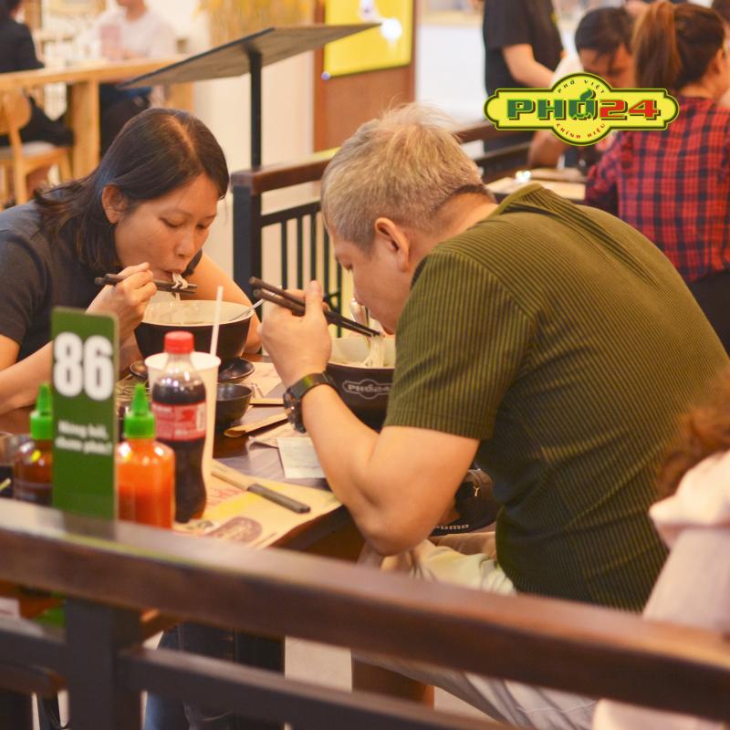 Phở 24 không ngừng trau chuốt đem lại cho thực khách không gian ăn uống thoải mái, lịch sự cùng dịch vụ chăm sóc quý khách tỉ mỉ, chu đáo.