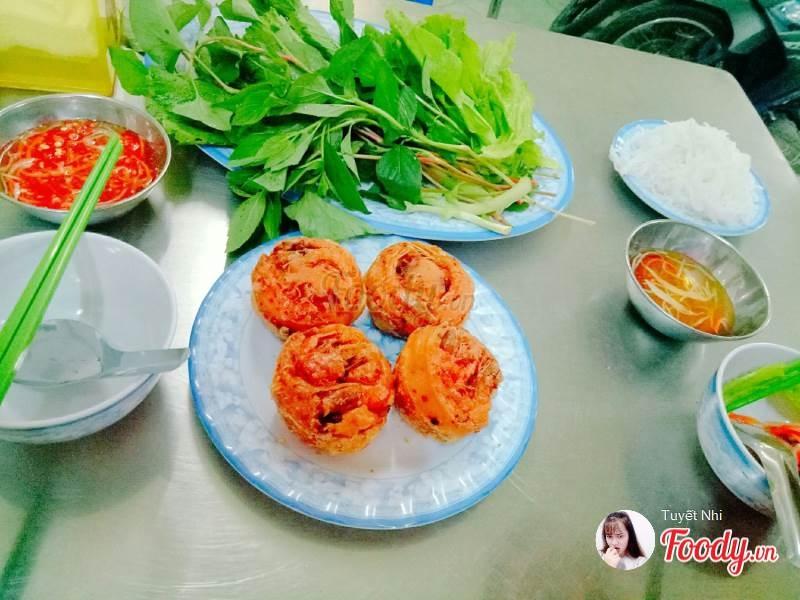 Bánh cống Nam bộ ăn kèm với rau sống và nước chấm tỏi ớt