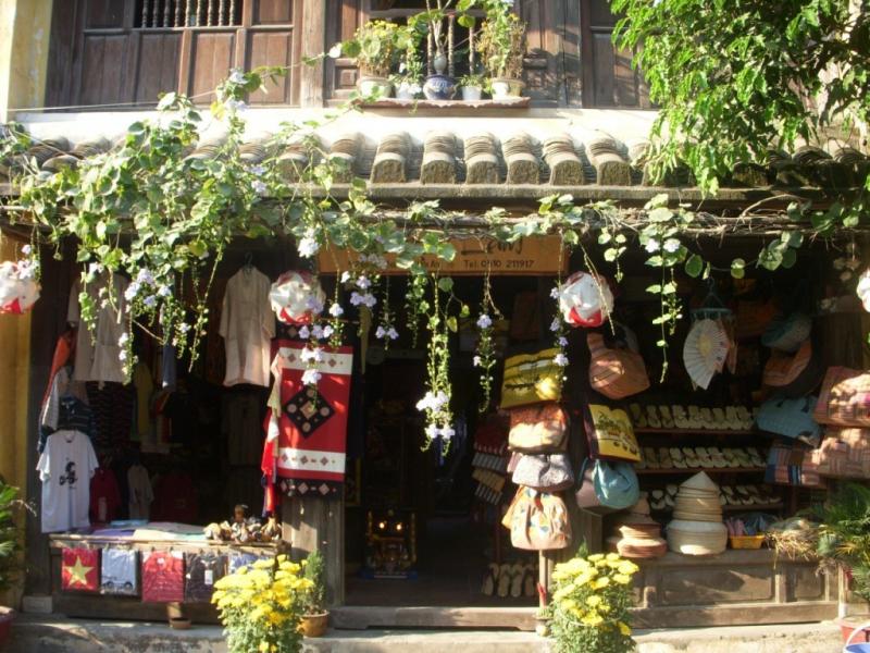 Phố bán đồ lưu niệm trên đường Trần Phú, Nguyễn Thái Học