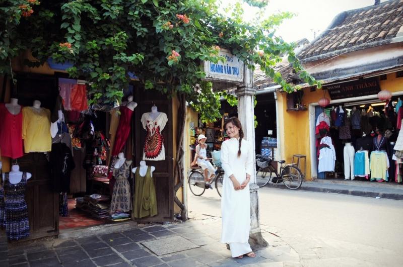 Cửa hàng bán váy và áo dài ở Hội An