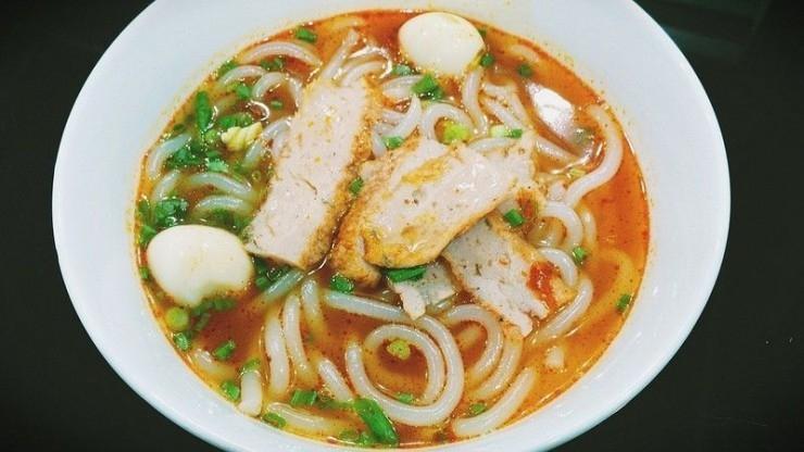 Bánh canh chả cá trên đường Phan Bội Châu