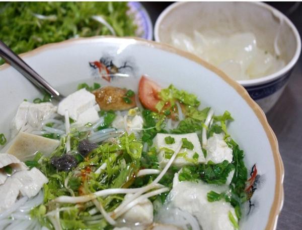 Nếu bạn ghé Nha Trang thì nên ghé qua đường Phan Bội Châu và  ăn bún cá lá dầm.