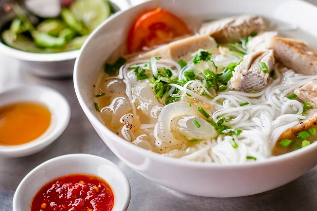Món ăn này chỉ nấu nước dùng bằng các loại cá và những phụ liệu khác từ biển như: là mắm ruốc, thịt nạc cá thu… hạn chế gia vị cũng như thịt xương.