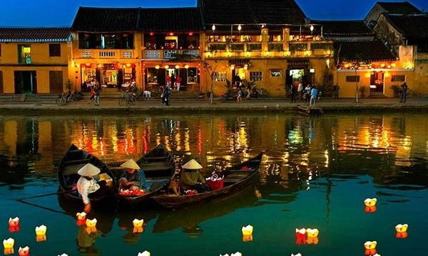 Hoa đăng đèn được thả trôi trên sông