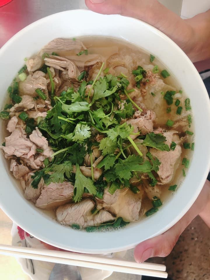 Phở Dậu có vị thanh hơn các quán phở khác, dành cho những người không có nhu cầu phải ăn nhiều thịt, thích vị ngọt nguyên chất từ xương của phở.