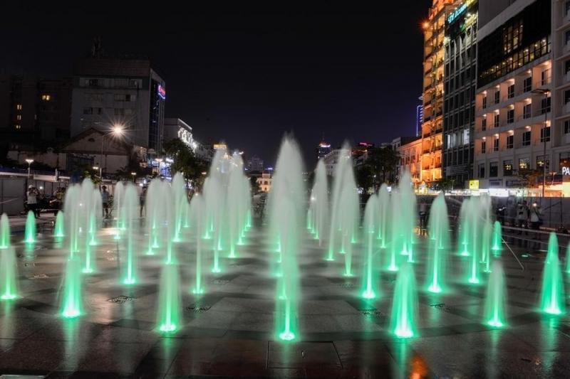 Nhạc nước tại phố đi bộ Nguyễn Huệ về đêm