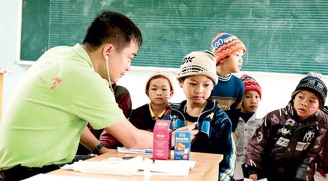 PGS Nguyễn Lân Hiếu thường xuyên tham gia các hoạt động khám bệnh từ thiện.