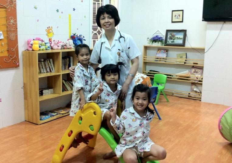 PGS Trương Thanh Hương cùng các bệnh nhân nhí của mình.